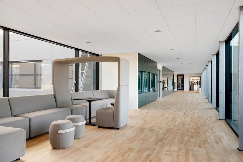 Erhvervsbyningen RTX Business Park. Fællesområde med god plads til at arbejde. Kontorlejemål i forskellige størrelser til erhverv.