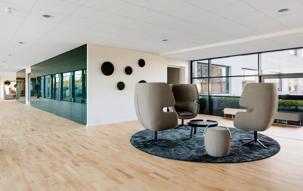 Fællesareal med stole hos RTX Business Park. Kontor og kontorhoteller med masser af plads. Kontorlejemål i Nørresundby, Nordjylland.